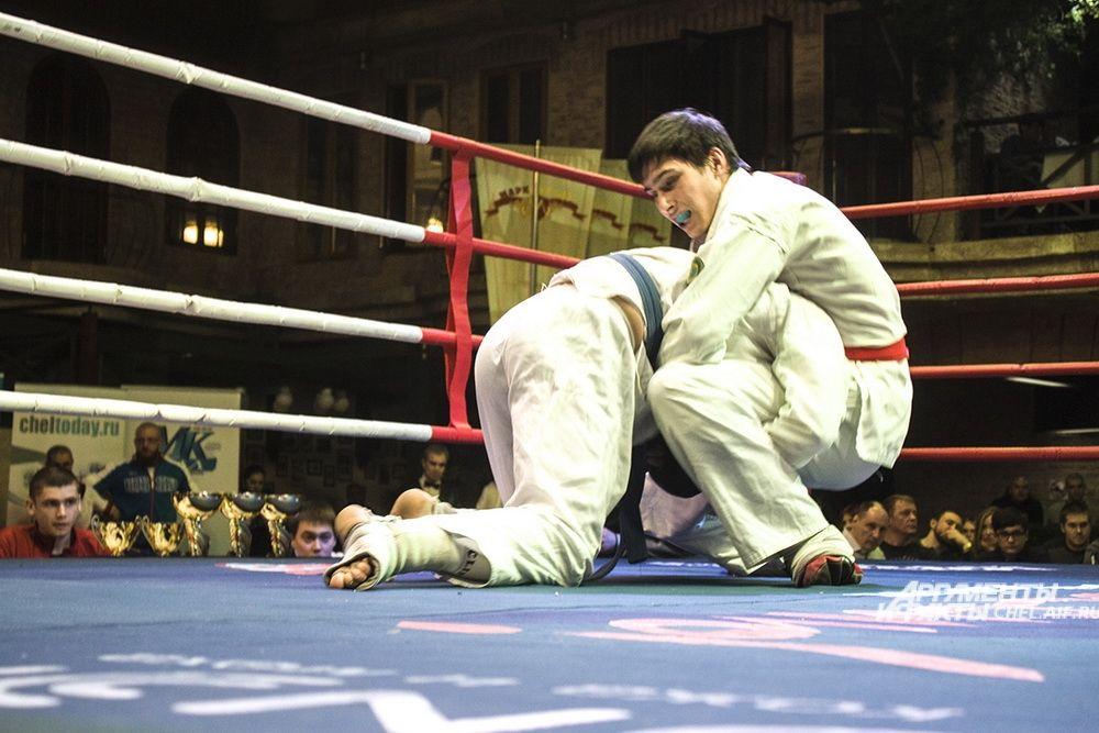 На ринге в синем поясе Владимир Ишменев (Магнитогорск), в красном поясе - Денис Сиразутдинов (Челябинск).