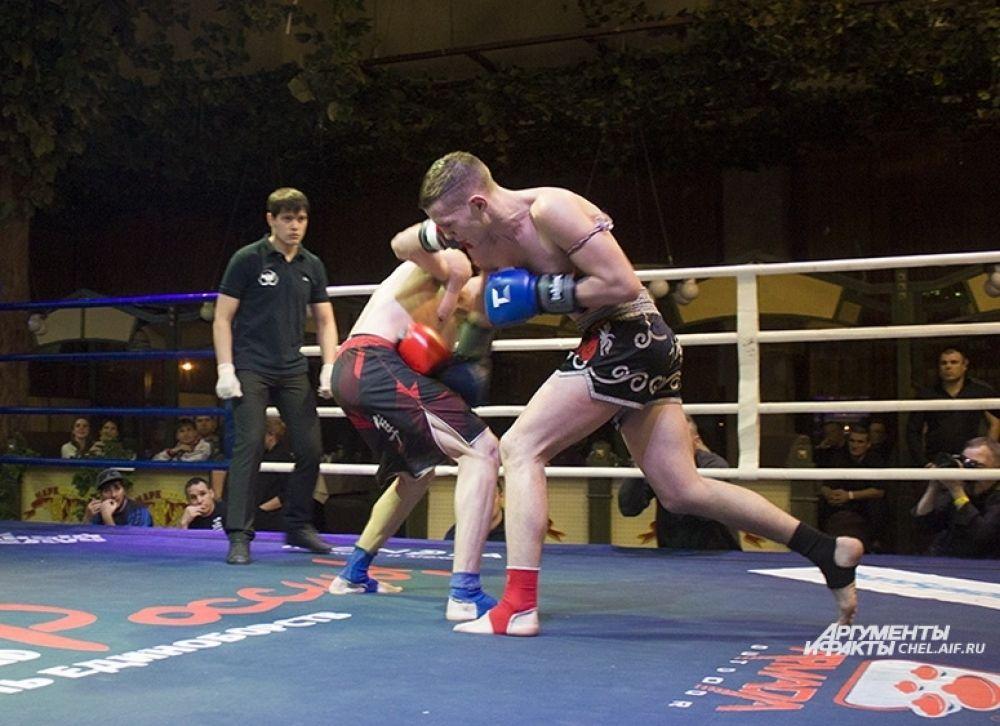 На ринге Михаил Иванов (23 года, рост 176 см, Екатеринбург) и Роман Скиртин (18 лет рост 180 см, Уфа).