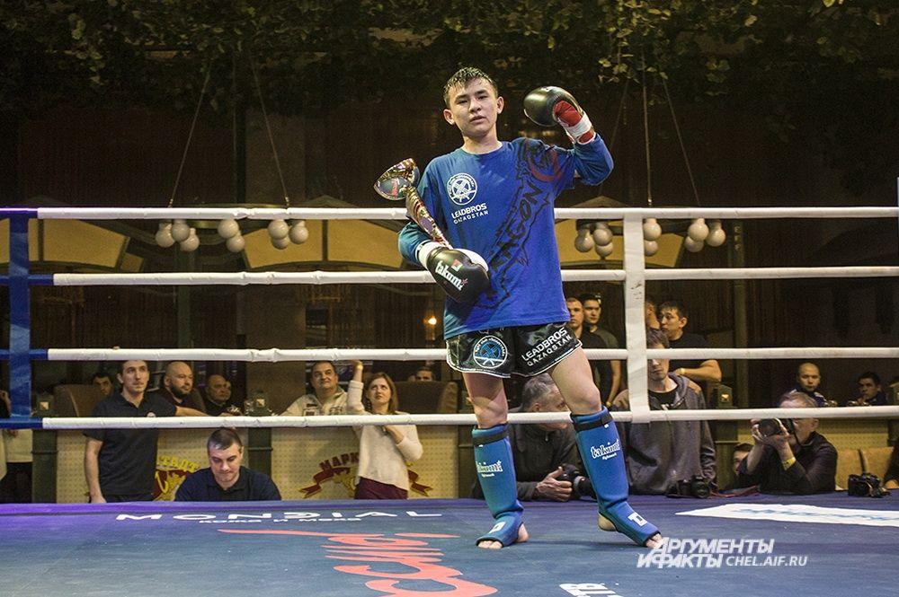 Победитель первого боя Тимур Алимжанов (18 лет, рост 160 см, Казахстан).