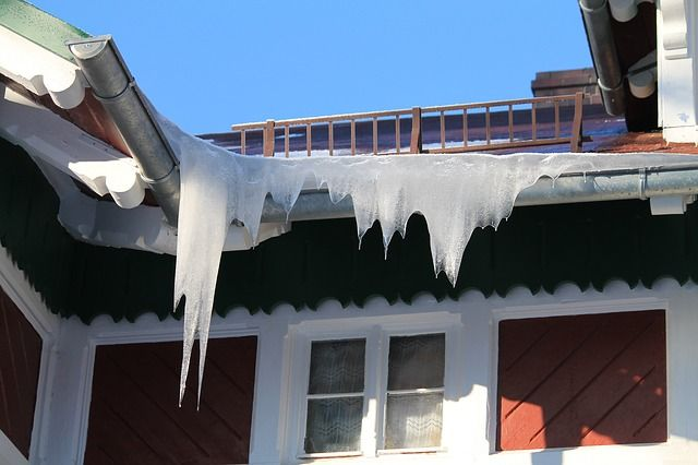 МЧС призывает барнаульцев быть осторожнее из-за снега накрышах