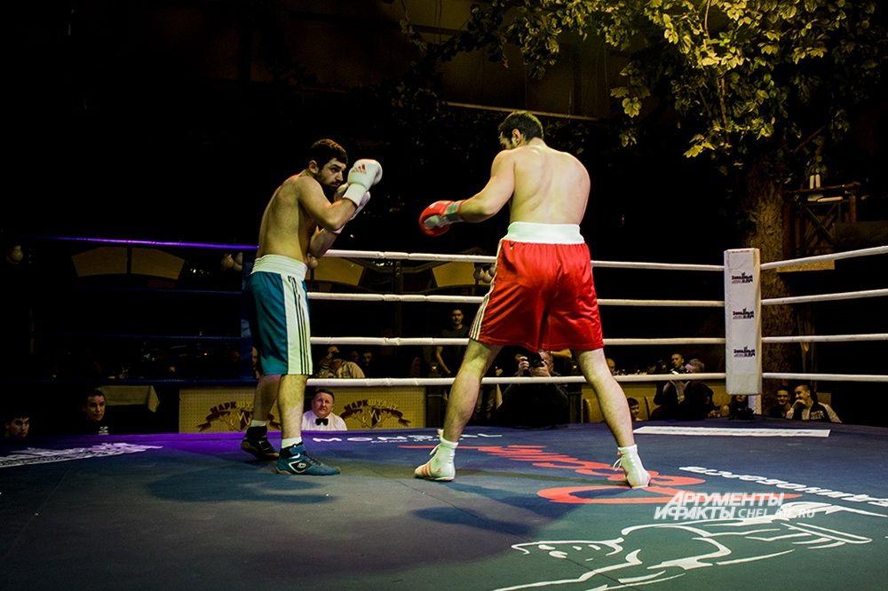 Поединок по правилам профессионального бокса. На ринге Давид Закарян (в красном, 25 лет, рост 181 см) и Алик Атеян (22 года, рост 175 см, Уфа).