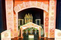 Дом купца трансформируется в волшебный сад и в дворец заморского чудища.