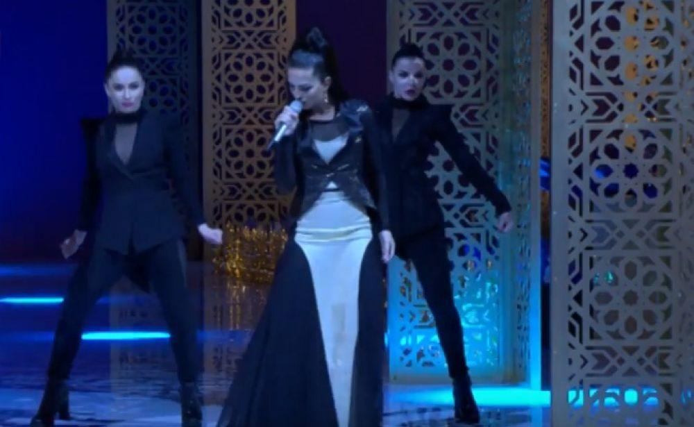 Певица Нюша выступила на модном показе.