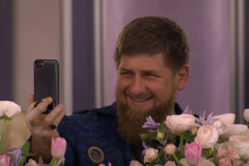 Первый флакон духов Айшат Кадырова торжественно вручила своей матери  Медни Кадыровой.