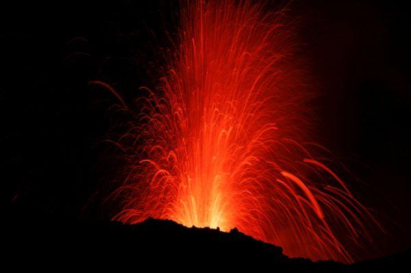 По разным данным, помимо главного кратера у Этны имеется от 200 до 400 боковых кратеров. В среднем раз в три месяца то из одного, то из другого извергается лава.