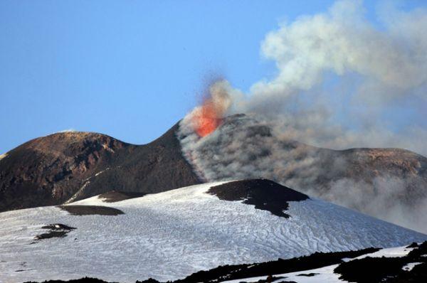 Извержение вулкана Этна на Сицилии.