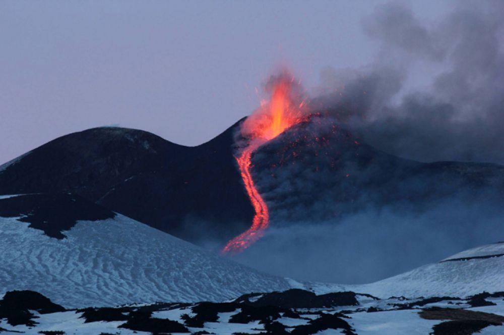 Этна — самый большой активный вулкан Италии, превосходящий своего ближайшего соседа Везувия более чем в 2,5 раза. Высота Этны — 3300 метров над уровнем моря.