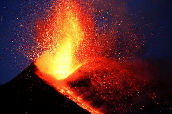 Фонтаны лавы видны только из города Катания у подножия вулкана, а также из ряда отдаленных населенных пунктов, в частности из Таормины.