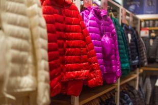 Экологи борются за то, чтобы бренды уменьшили число своих коллекций и правильно утилизировали уже используемую одежду.