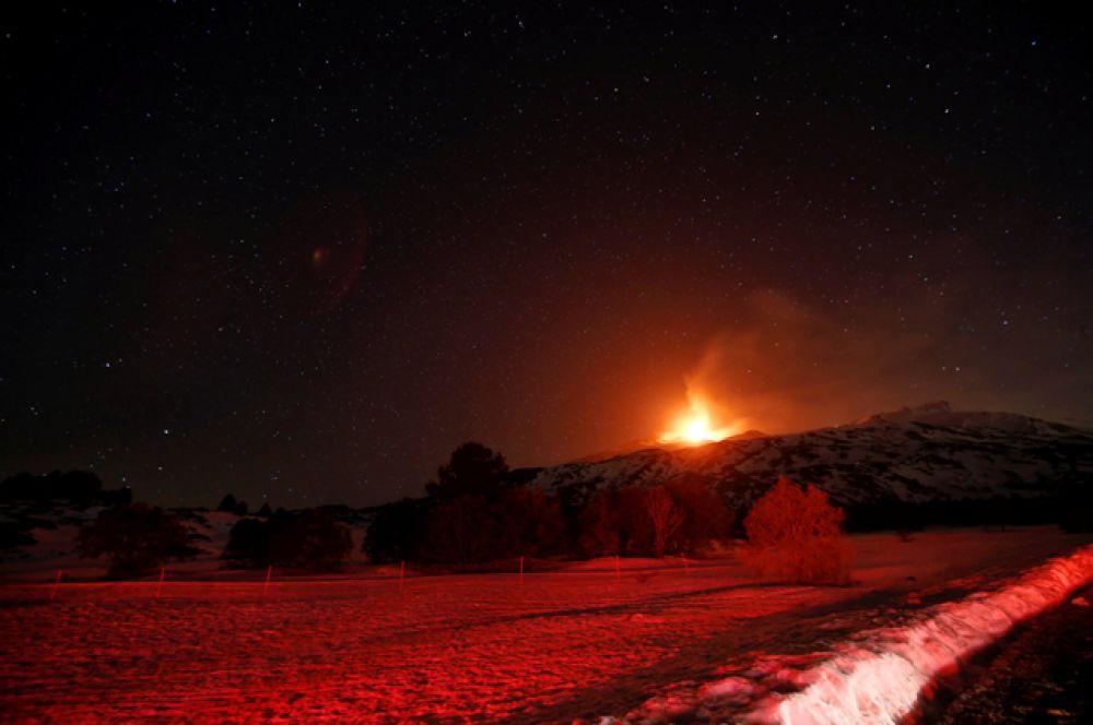 На протяжении своего существования Этна извергалась около 200 раз.