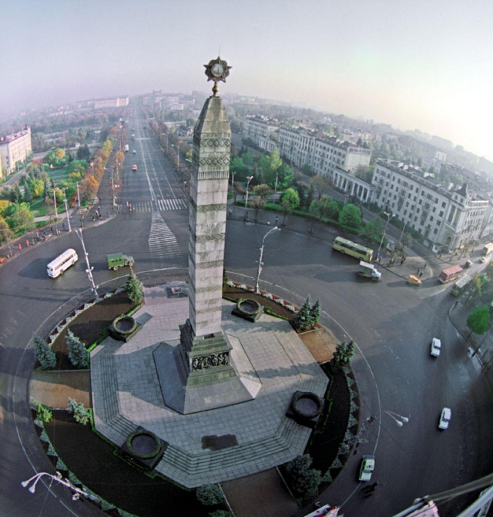 Монумент на площади Победы в память героев, освободивших Минск от Фашистов в годы Великой Отечественной войны, 1983 год.