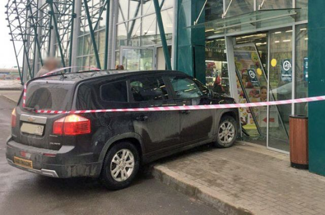Свидетели: шофёр на«Шевроле» влетел вдвери магазина наКамышовой