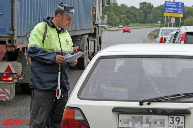 В Калининграде ищут водителя, сбившего на пешеходном 12-летнюю девочку.