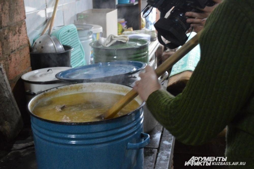 Кошки и собаки едят не только сухие корма, но и обычные мясные каши, которые тут же пока на необорудованной кухне варят руководители и волонтеры приюта.