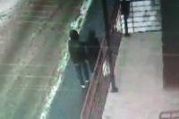 Момент нападения попал на видео.