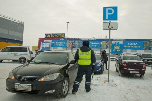 При этом в Омске не соблюдаются нормативы расчёта парковочных мест при строительстве новых домов.