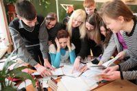 Молодым учителям порой бывает сложно войти в работу, но им всегда готовы помочь старшие коллеги.