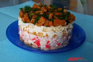 Замечательный слоеный салат «Коррида».