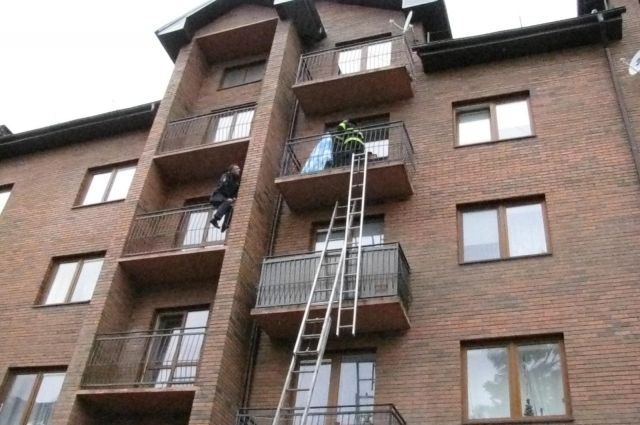 ВКалининграде полицейский спас замерзавшую набалконе пенсионерку