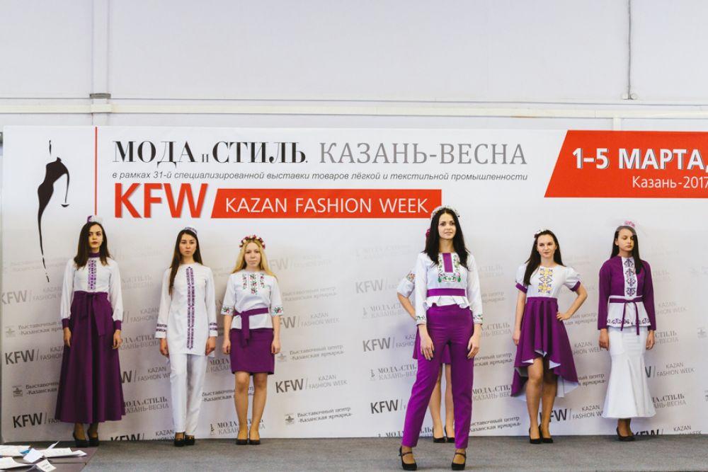 Современная одежда сочетает в себе этнические мотивы и модные силуэты.