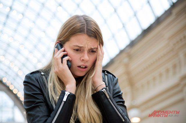Пообщавшись с девушкой, мужчина потребовал отдать ему деньги и сотовый телефон.
