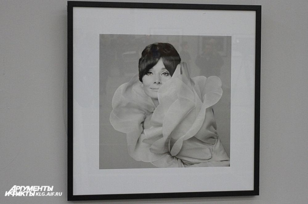 Помимо работ, представляющих коллекции модных домов, на выставке есть целая серия портретов.