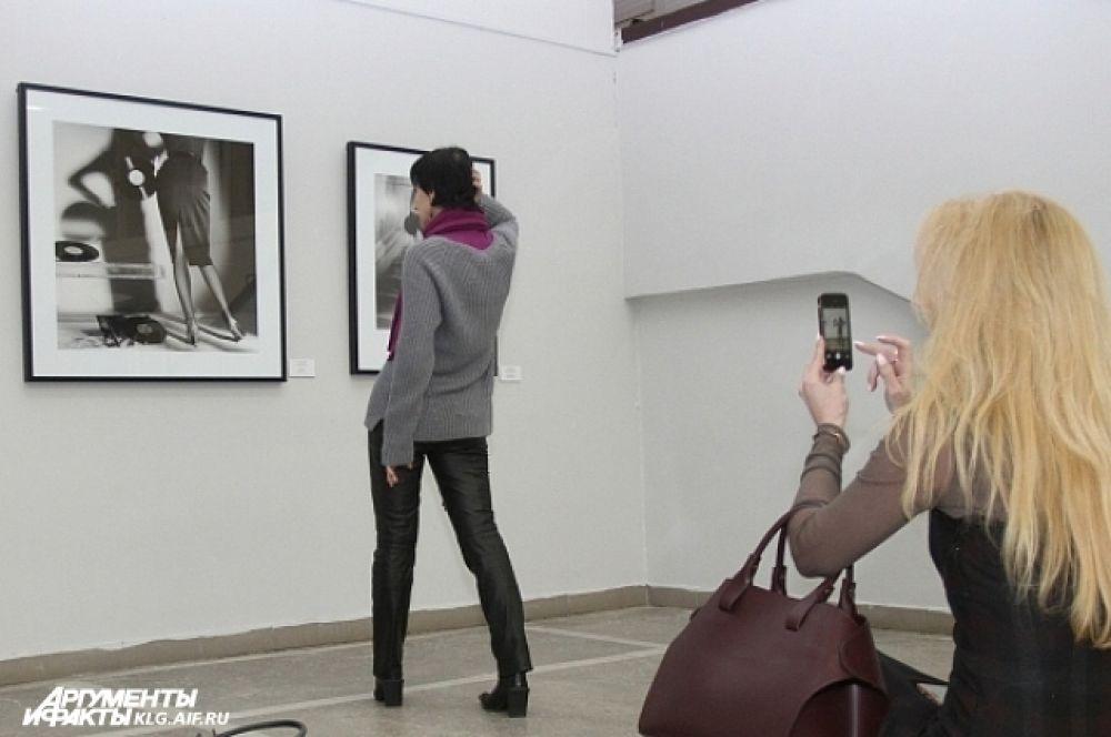 Гости выставки пытаются повторить сюжеты снятых фотографом работ.