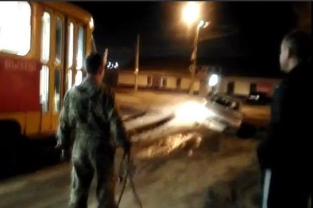 ВВолгограде трамвай выдернул засевшую вгрязи иномарку