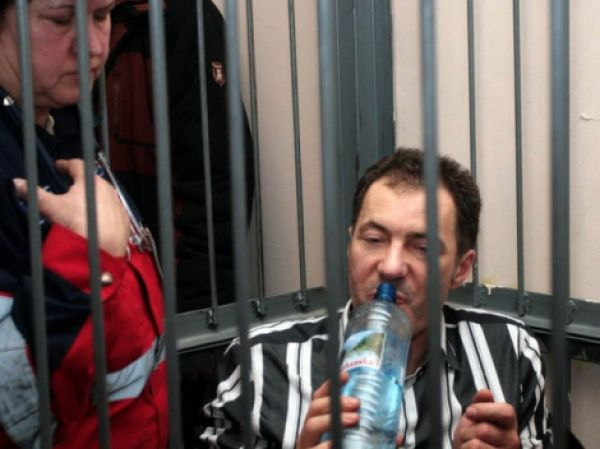 Экс-министр транспорта и связи Николай Рудьковский появлялся в суде только в инвалидном кресле и однажды ему тоже стало плохо после того, как его обвинили в растрате особо крупной суммы денег в личных целях