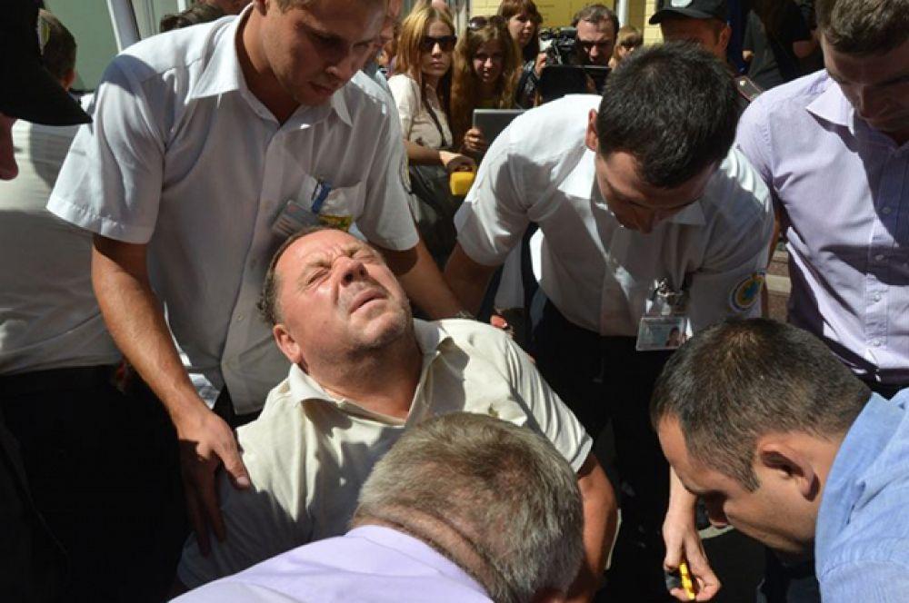Ректора Петра Мельника однажды задержали за вымогательство взятки. Как результат, его состояние резко ухудшилось и при чем снова в суде