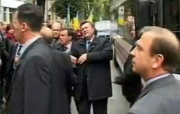 Ну а про этот случай с критическим попаданием яйца в Виктора Януковича мы еще долго будем вспоминать