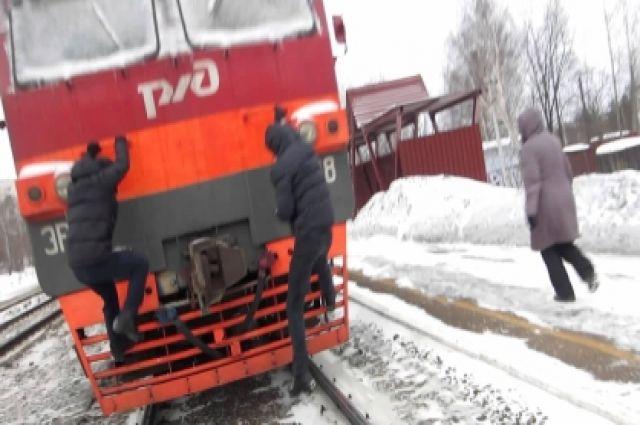 Устанции «Рыбацкое» 16-летний зацепер упал споезда