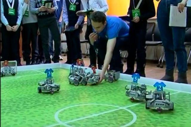Роботы сыграли вмини-футбол вНовосибирске