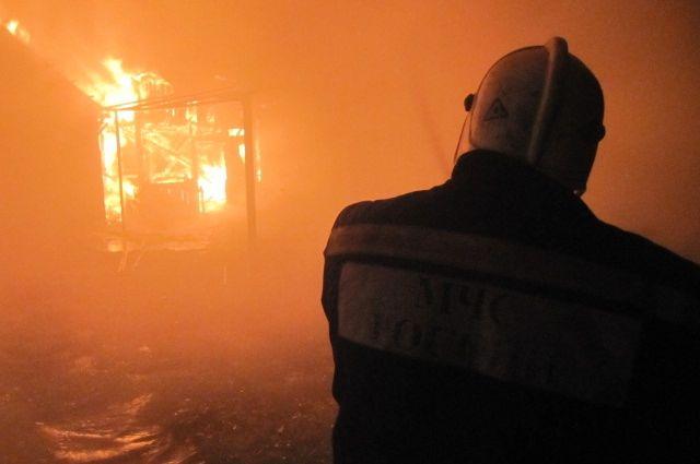 В Шарлыке в горящем доме пострадал человек