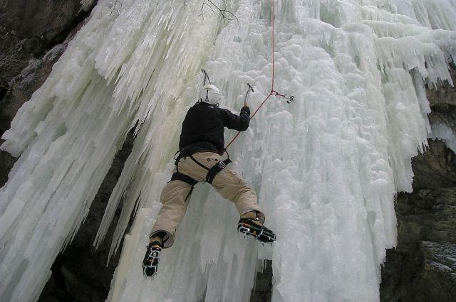 Спасти альпинистку не удалось.