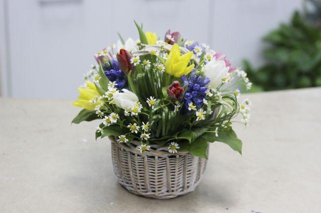Композиция из весенних цветов - универсальный вариант для подарка.