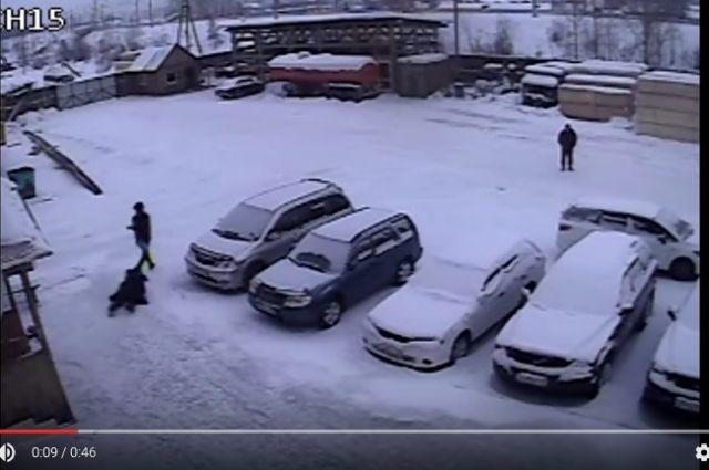 Момент нападения на кассира в Усть-Куте.