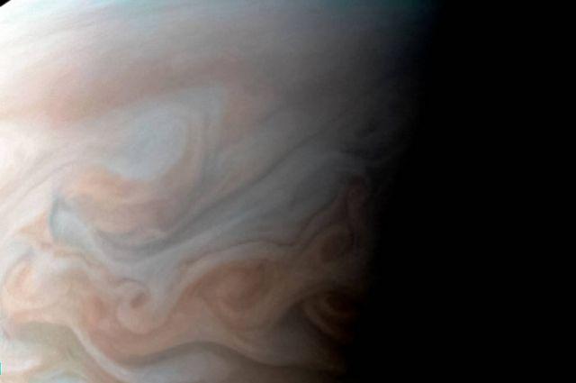 Ураганы на Юпитере можно разглядеть на снимке, который обработал астроном Сергей Душкин