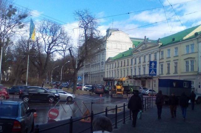 В центре Львова перекрыто движение в связи с прорывом трубопровода