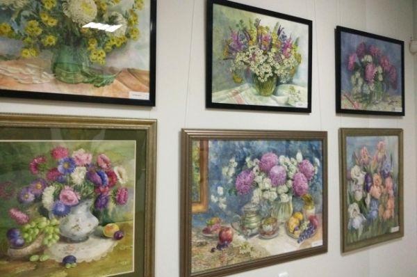 Все работы Елены Лезиной объединяет главный мотив – цветок: розы и пионы, ромашки и маки, хризантемы и сирень, ирисы и флоксы.