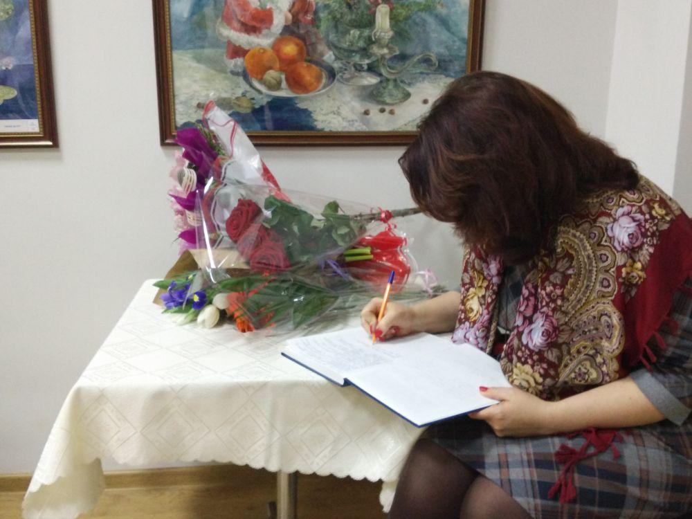 В зале звучали, а в книгу отзывов - писали, только восторженные отзывы о творчестве Елены Лезиной.