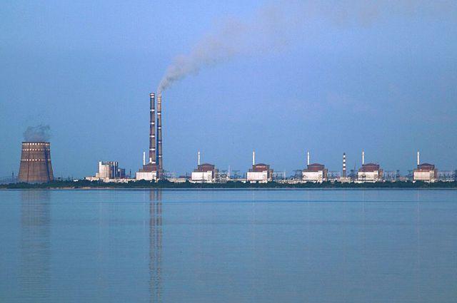 Крупнейшая атомная электростанция в Европе; 150 километров от города Запорожье, Украина. Фото с противоположного, «Никопольского», берега Днепра.