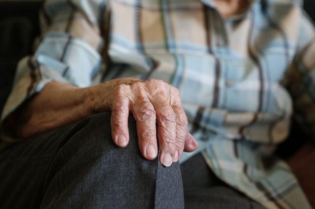 Женщина является вдовой умершего инвалида Великой Отечественной войны