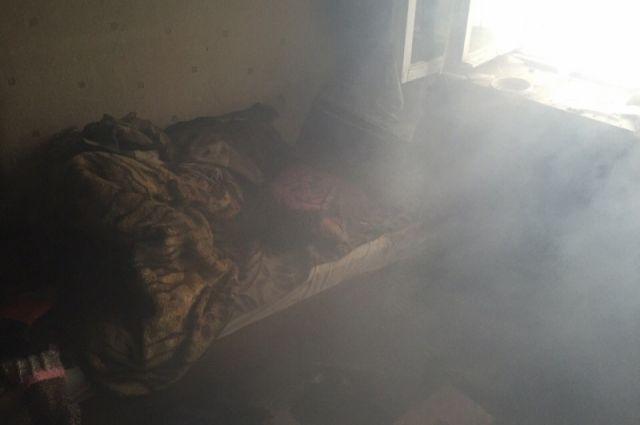 Налевобережье Красноярска произошел пожар вкомнате: эвакуировали 25 человек