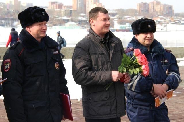 Автоинспекторы поздравили иркутянок с 8 Марта.