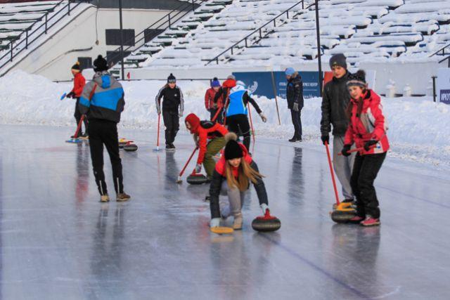 В соревнованиях по керлингу участвовали более 20 команд.