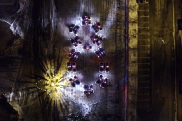 ВЧелябинске 25 машин ДПС и150 полицейских поздравили женщин «живой» открыткой