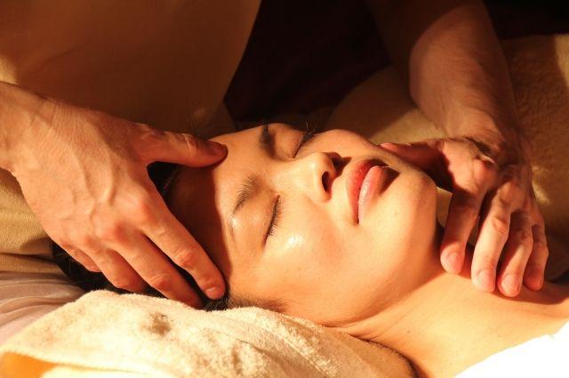 Как c помощью несложных упражнений омолодить свое лицо, расскажет специалист.