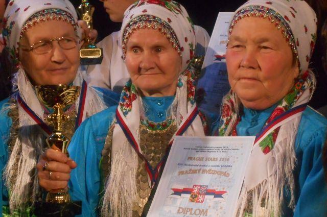 Восемь участниц ансамбля превратили своё увлечение в песенный туризм.