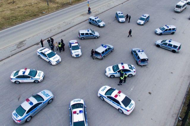В Калининграде полицейские выстроили машины ДПС в праздничную восьмерку.